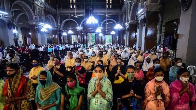 India. Mujeres participan de la Misa