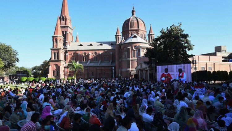 Célébration du Vendredi Saint devant la cathédrale de Lahore, au Pakistan.
