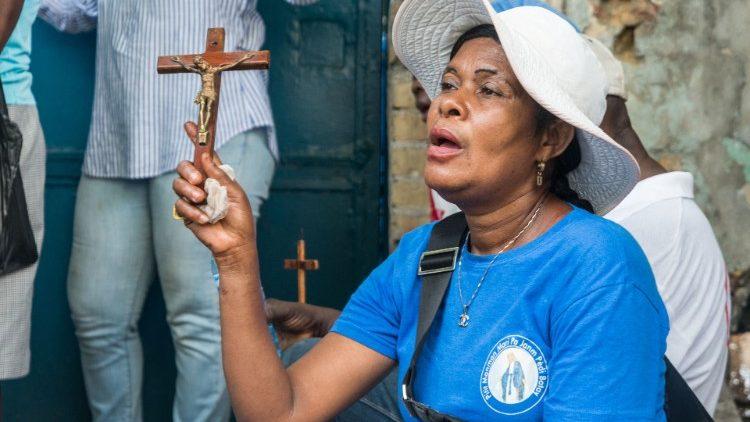 Une femme participe au chemin de Croix du Vendredi Saint à Port-au-Prince, le 2 avril 2021