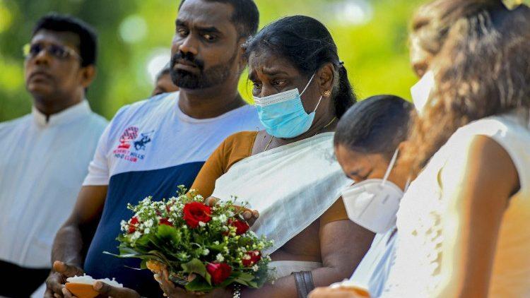 Des Sri lankais au mémorial des victimes des attentats à Colombo, le 18 avril 2021.