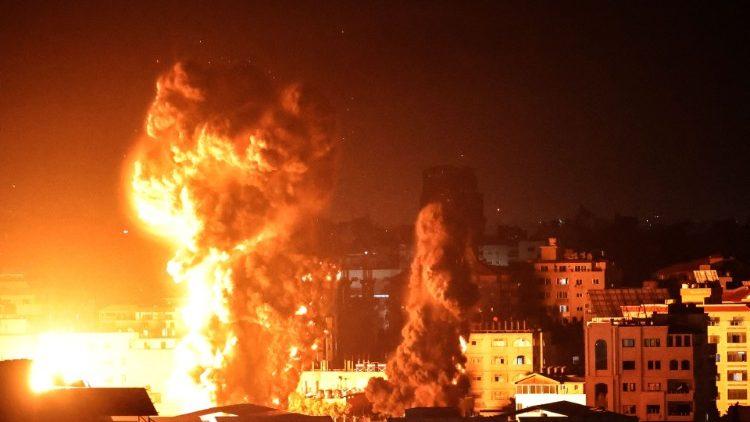Una delle esplosioni a Gaza in seguito ai raid israeliani