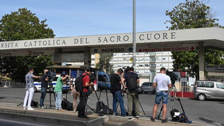 Ký giả theo dõi bên ngoài bệnh viện Gemelli, nơi ĐTC được giải phẫu