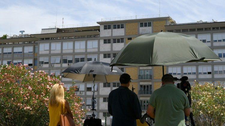 Des journalistes devant l'hôpital Gemelli, le 7 juillet 2021.