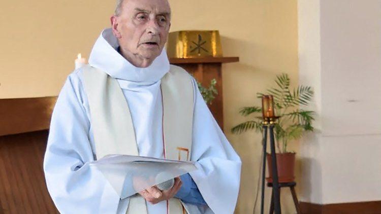 Père Jacques Hamel dans son église de Saint-Étienne-du-Rouvray en Normandie.
