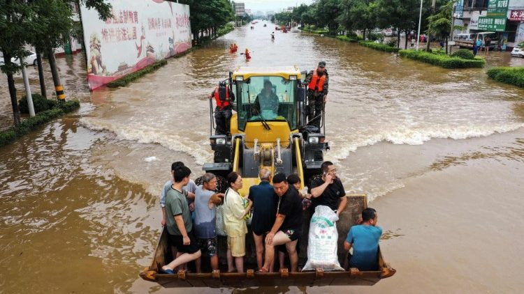 Giải cúu người dân kẹt giữa mưa lũ