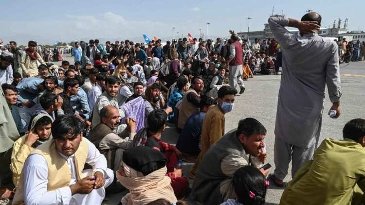 Des Afghans à l'aéroport de Kaboul le 16 août.