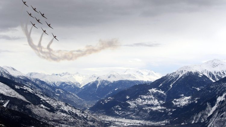 L'aviation suisse survolant Crans-Montana