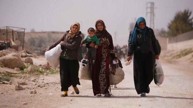 Refugiados sirios cruzando la frontera.