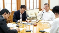 south-korean-president-moon-jae-in-holds-phon-1524979681365.jpg