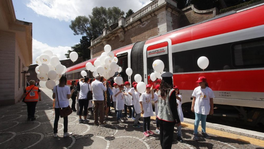 Le train des enfants arrive de Milan