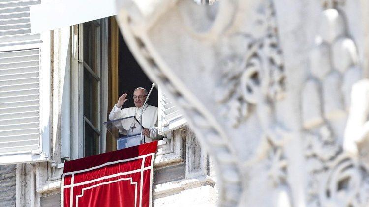 Papa Francisco na janela do apartamento pontifício