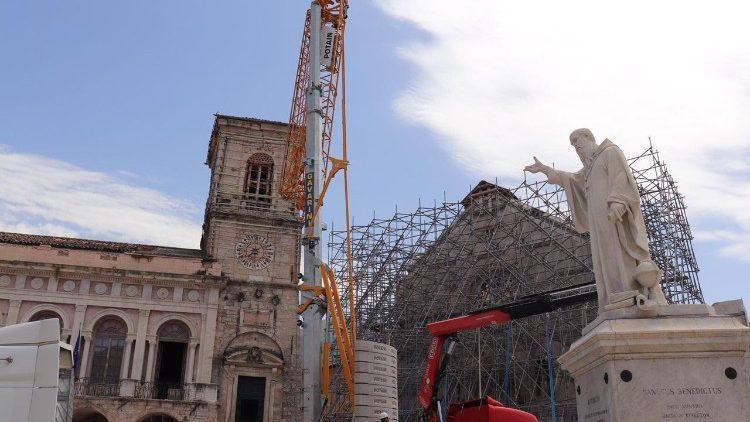 Terremoto: gru in piazza a Norcia per recupero Torre civica