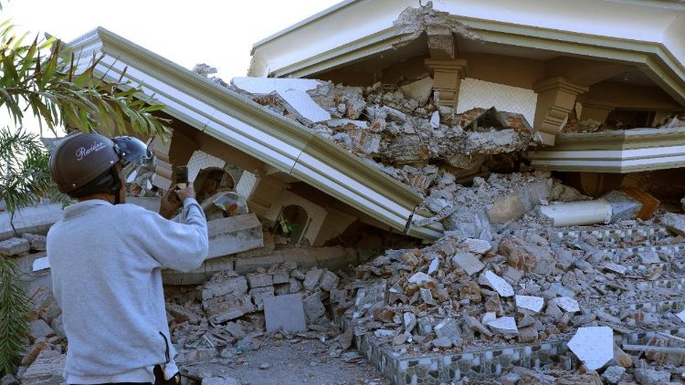 pope sends condolences to indonesia earthquake victims vatican news