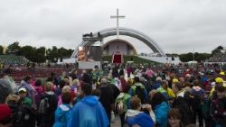 People arriving at Dublin's Phoenix Park for the Mass by Pope Francis.
