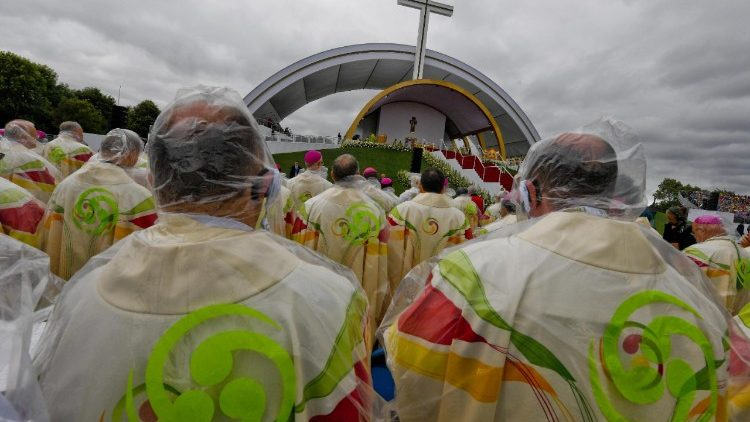 Pope celebrates mass at Phoenix Park in Dublin