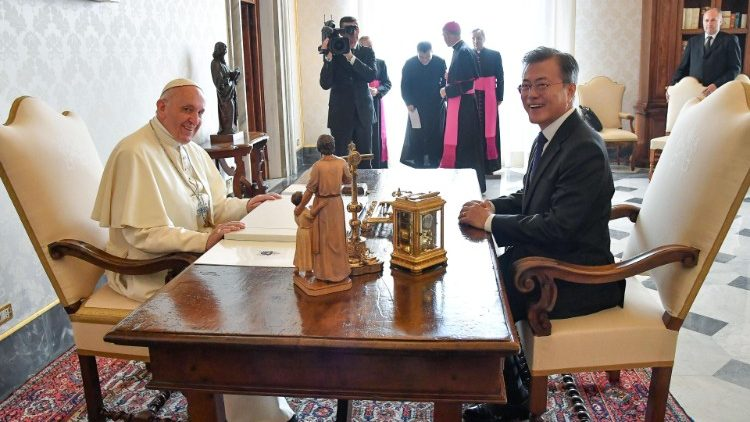 Pope Francis (L) meets South Korean President Moon Jae-in  (