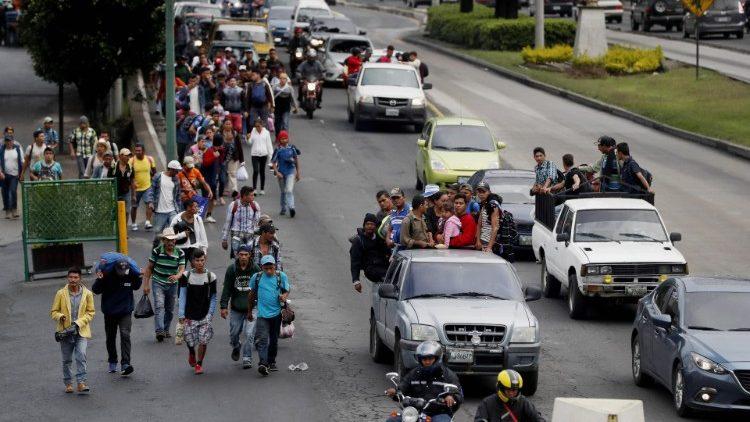 Hondureños migrantes siguen su viaje rumbo a EEUU