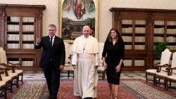 Colombian President Ivan Duque and his wife flanking Pope Francis during a visit to the Vatican on October 22, 2018.