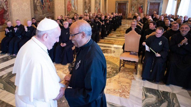 Papež Frančišek med srečanjem s pasijonisti
