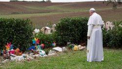 """Letzte Ruhestätte für ungeborene Kinder  Papst Franziskus besucht zum  Allerseelenfest 2018 den """"Garten der 924181b87204"""