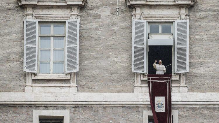 Papa Francisco acena para a multidão reunida na Praça São Pedro da janela do apartamento pontifício