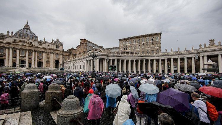 Các tín hữu tại quảng trường Thánh Phêrô