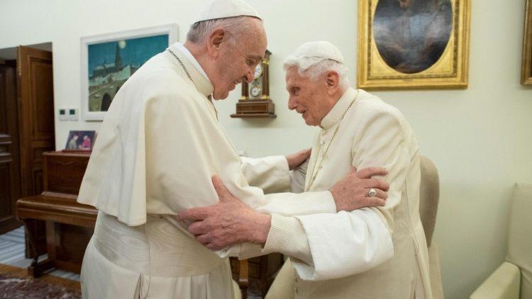 """Đức nguyên Giáo hoàng Biển Đức xác định """"chỉ có một Giáo hoàng là Đức Phanxicô"""