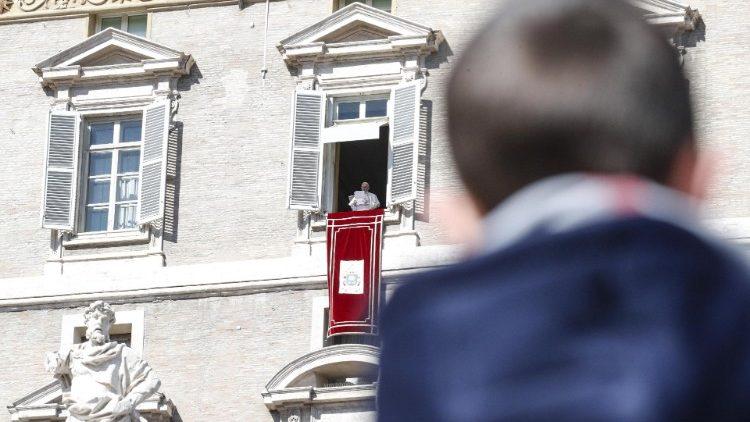 El Papa Francisco exhorta a seguir el ejemplo de Jesús, a ser conscientes de nuestras faltas, no solo de las ajenas y a discernir siempre el camino correcto a seguir para guiar a las personas, concretamente a aquellos que tienen un papel de liderazgo.