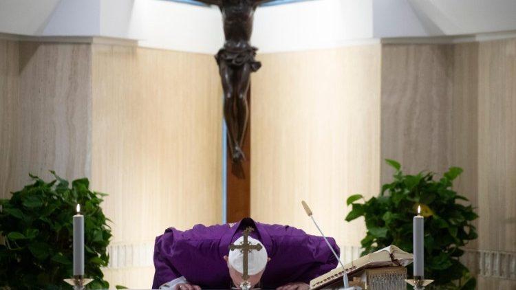 Papa: quanti finti cattolici sfruttano gli operai