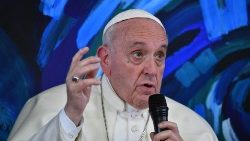 Pope Francis exhorts to promote communion