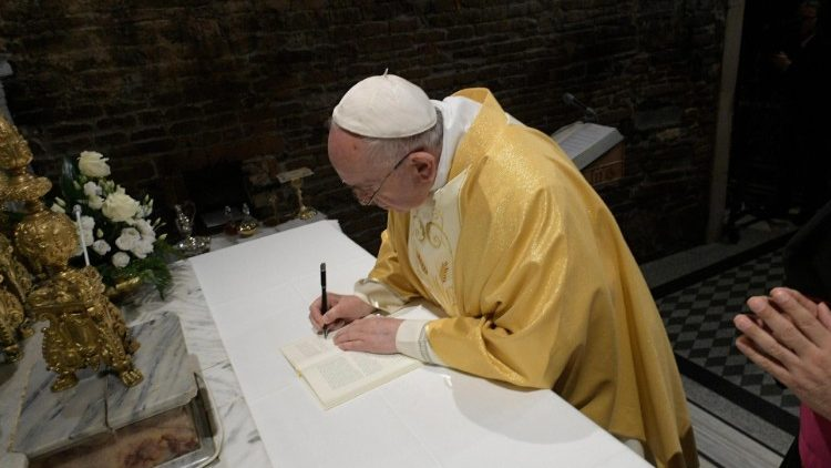 Loreto: Pope signs Apostolic Exhortation to young people