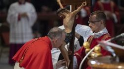 Le cardinal Parolin embrassant le Christ en croix lors de l'Office de la Passion, le Vendredi Saint.