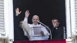 pope-francis-recites-the-regina-coeli-prayer-1557658729232.jpg