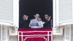pope-francis-recites-the-regina-coeli-prayer-1557658731596.jpg