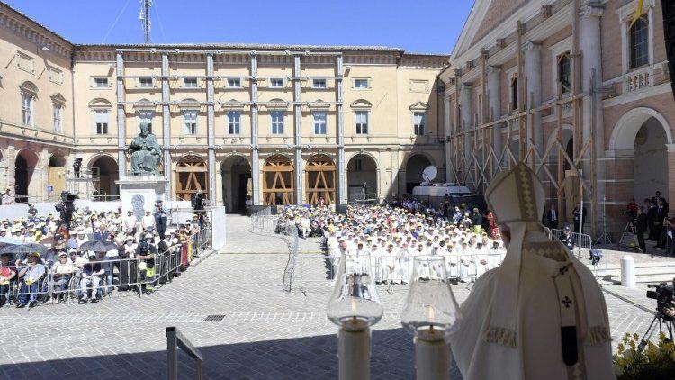 Папа: Церковь и общество должны проявлять внимание к беженцам