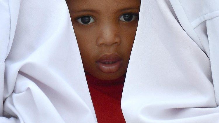 Crianças moçambicanas a espera do Papa Francisco em frente à Catedral da Imaculada Conceição