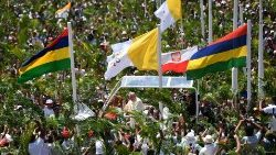 Pope Francis immersed in the crowds in Mauritius
