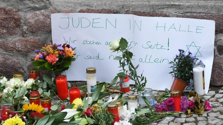 Sign outside synagogue reading: Jews in Halle we stand with you