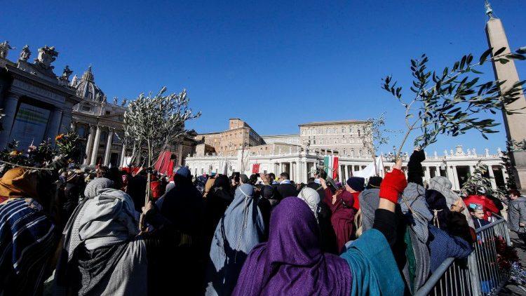 Papež vodil opoldansko molitev Angel Gospodov na Trgu sv. Petra na praznik Gospodovega razglašenja.