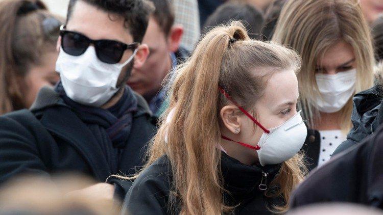Sokan viseltek egészségügyi maszkot