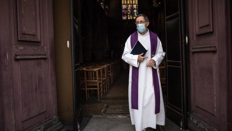 Un prêtre s'apprêtant à célébrer les obsèques d'un homme victime du Covid-19, le 17 avril 2020 à Fontenay-sous-Bois, en région parisienne.
