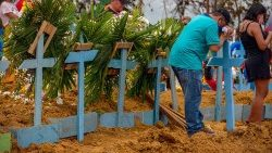 Collective burial of COVID-19 victims in Manaus