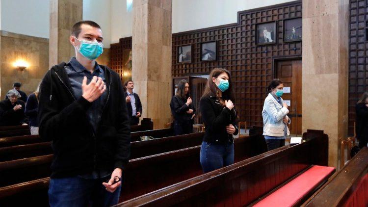 Des fidèles durant une messe dans une église de Zagreb en Croatie, le 3 mai 2020.