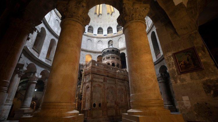 L'édicule qui abrite le tombeau du Christ dans la basilique du Saint-Sépulcre.