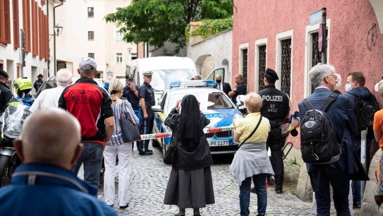 Dân chúng chào Đức nguyên Giáo hoàng khi ngài rời nơi cư trú của Đức ông anh của ngài