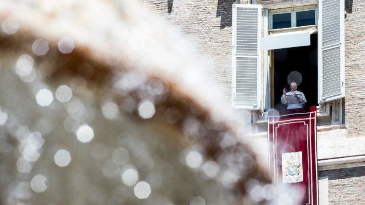 Papa Francisco na janela do apartamento pontifício para o Angelus