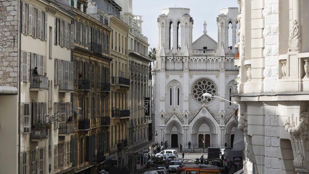 No fundo, a Basílica de Notre-Dame de Nice