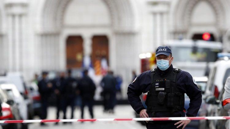 Policier devant la basilique Notre-Dame de Nice, après l'attentat, le 29 octobre 2020.