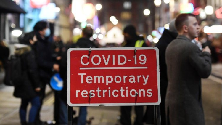 Covid-19: Lockdowns in Europe loom as US cases rise - Vatican News