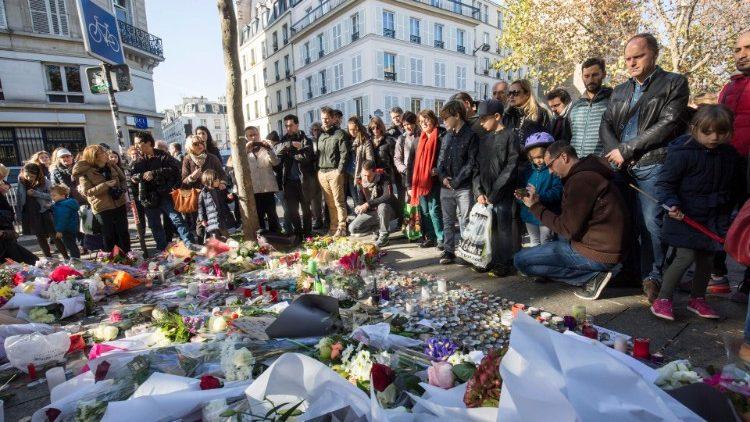 Dès le lendemain du 13 novembre 2015, de nombreux Parisiens s'étaient recueillis sur les lieux des attentats